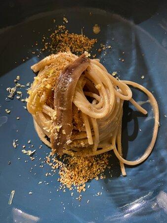 Spaghettone integrale con burro, alici e pane aromatico