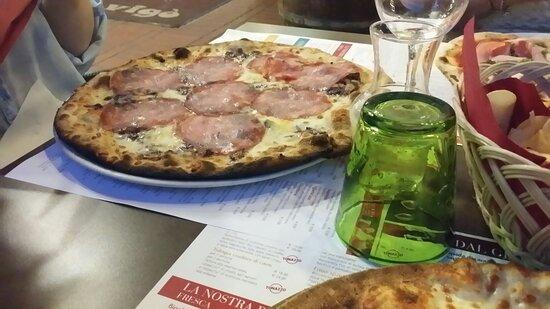 Pizza poco lievitata.