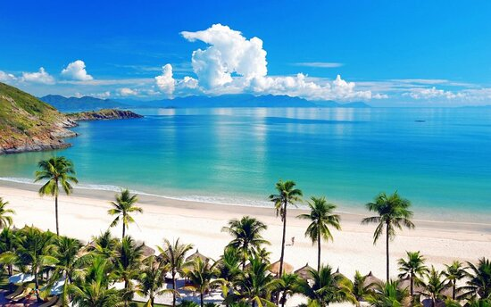 Nha Trang–Weather As a result of its tropical savanna and oceanic influence, Nha Trang's climate consists of only two seasons:dry and rainy. The best time to visit Nha Trang is between February and April, when the temperature is kept mild and pleasant at around 26 degree Celsius