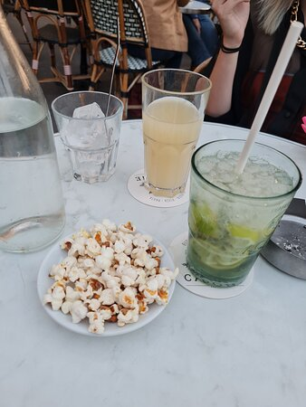 Trop bonne ambiance ! Super cocktails !  The best serveur Nico !!!
