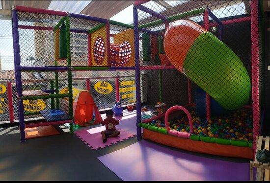 Noss ambiente além de familiar conta com espaço kids para eles e vocês se divertirem.  Brinquedão para os pequenos e vídeo game com diversos jogos para os maiores e adultos.