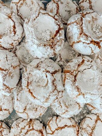 Άσπρο αμυγδαλάκι πλασμένο με τον πιο παραδοσιακό τρόπο για ένα τέλειο ολόφρεσκο αμυγδαλωτό.   photo @georgioucreative