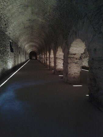 Il Criptoportico Forense di Aosta, una struttura semiterrata a ferro di cavallo nel cuore antico di Augusta Praetoria Salassorum sorreggeva un portico attorno a due templi.