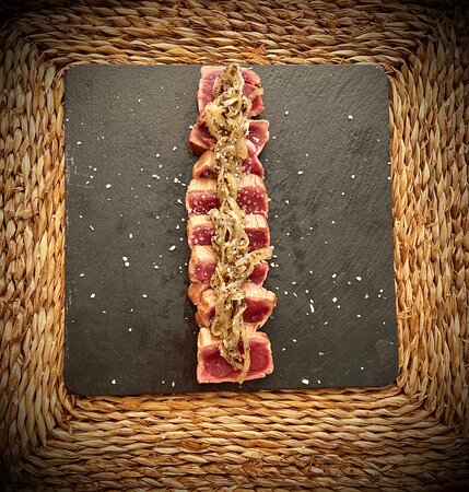 Tataki de presa Ibérica de bellota con cebolla trufada
