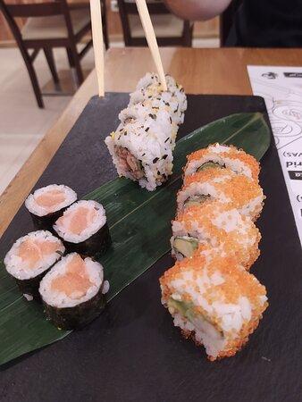 Sushi variado: maki de salmón, uramaki de atún y pepino, inari de gambas y aguacate.