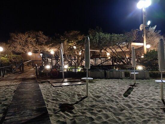 Rosa Marina, Italien: La sera cena sul patio in spiaggia questo spettacolo non ha prezzo. Tutto perfetto cibo ottimo Anita la proprietaria attenta al cliente  . Vasta scelta di cibi vini e bollicine per tutti i gusti.