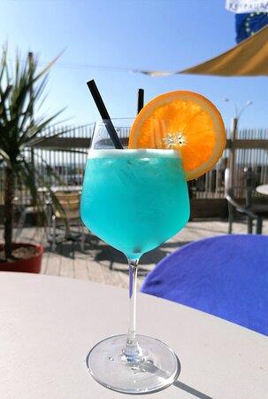 Cocktail Mykonos (Vodka, Rhum blanc, Gin, Curaçao bleu, jus de citron vert, et limonade)