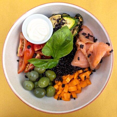 La nostra Bowl con riso venere, olive, carote, pomodori, salmone e zucchine