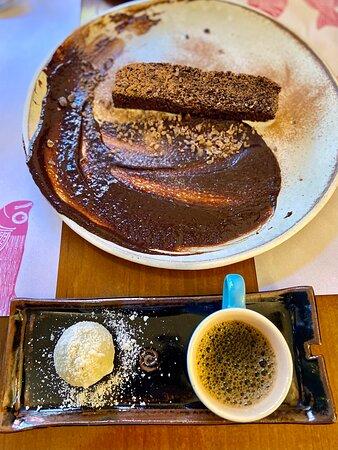 Aqui o bolo de chocolate com calda de chocolate e azeite oliva e abaixo o café com brigadeiro de gorgonzola e grana padano.