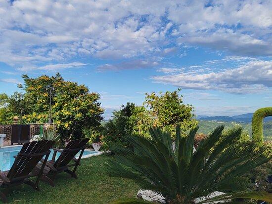 Province of Alessandria, Ιταλία: Panoramica dall'agriturismo Montegualdone e una foto delle loro specialità