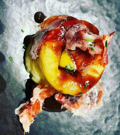 Coulant de patata con yema a baja temperatura y virutas de jamón ibérico con glaseado de ternera.