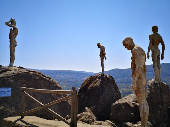 El Torno, Ισπανία: Cuenta la historia que algún contrario le pegó cuatro tiros a las estatuas con lo que el autor dijo que entonces ya estaban acabadas ¿eres capaz de localizar los tiros?