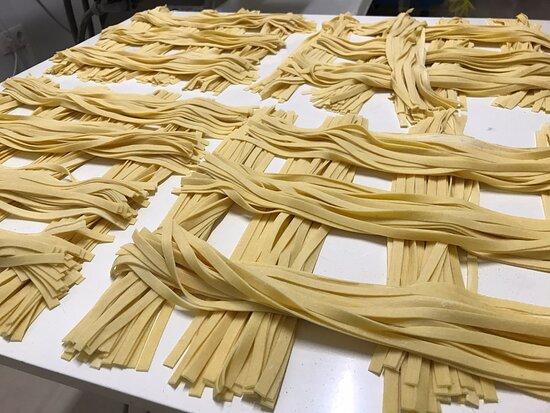 Tagliatelle fresche di farina italiana di semola di grano duro. Un sapore unico. Tagliatelle frescas de harina italiana de sémola de trigo duro. Tienen un sabor unico.