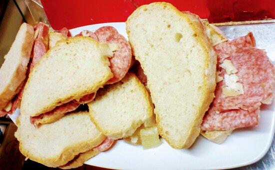 Panini con prodotti del nostro territorio con pane cotto a legna