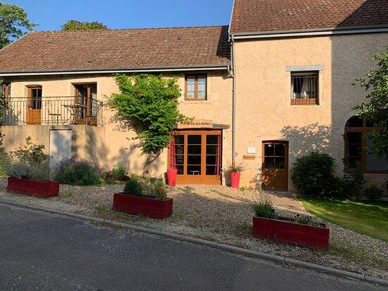 Magny-les-Villers, France: le devant de la chambre d'hôte