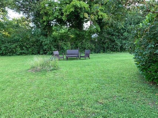 Magny-les-Villers, France: le jardin, l'espace détente
