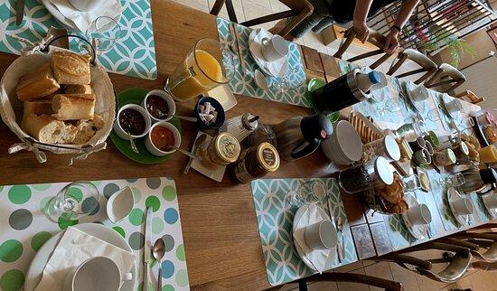 Magny-les-Villers, France: Table du petit déjeuner (jus de fruit, café, thé, lait, chocolat, pain frais, viennoiserie, confitures maison, céréales, melons, comté, yaourts maison et gâteau maison.  Un régal !