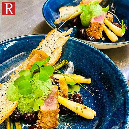 Gebratener roter Thunfisch, Gänseleber, gebrannte Frühlingszwiebeln und Kirschsauce