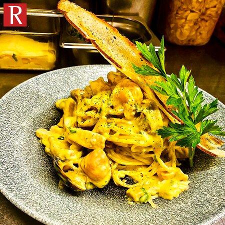 Spaghettone Carbonara mit Meeresfrüchten, Grana Padano und Petersilie