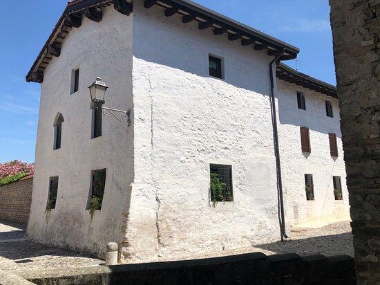 """Valvasone, Italien: Una storica Dimora di Vicolo Monte Sabotino con le sue mura  curve e che poggiano su di un ampio """" zoccolo """" per darne  maggiore  solidità !"""