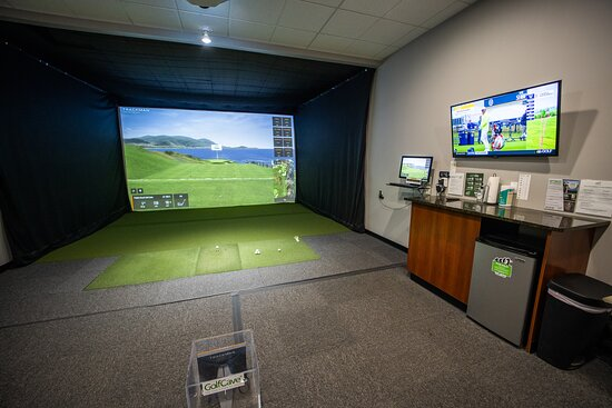 """Eatontown, Nueva Jersey: GolfCave is a """"bring your own"""" facility. Stock up the mini fridge and enjoy your round."""