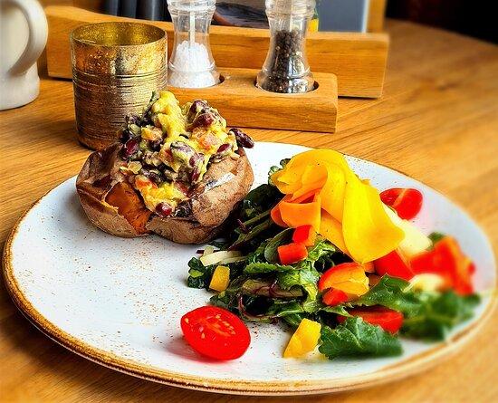 ....darf es mal vegan sein...??  süßkartoffel, gefüllt mit gucamole, kidneybohnen und koriander