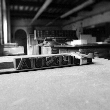 A Pescia, nella storica Stamperia Benedetti, lo spazio dedicato alla composizione a mano dei caratteri tipografici.