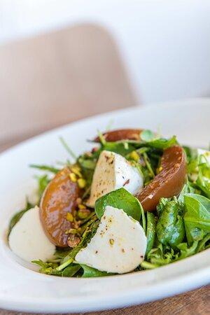 Πράσινη σαλάτα με μοτσαρέλα, μαριναρισμένα νεκταρίνια και φυστίκι Αιγίνης Green salad with marinated nectarines, mozzarella, pistachios & balsamic vinaigrette