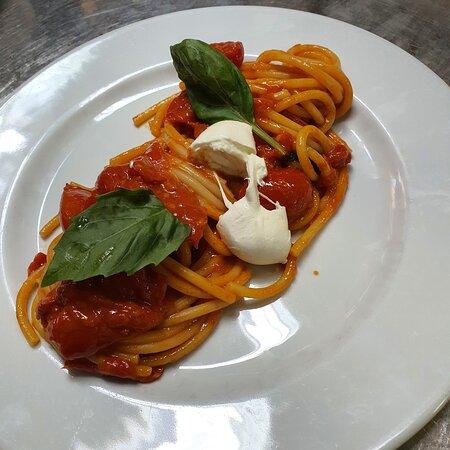 Bucatini con Pomodoro e Bocconcino di Mozzarella