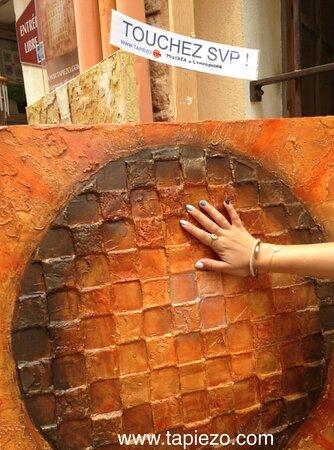 Pourquoi permettre de toucher les peintures et sculptures? Pour faciliter l'accès à l'art à tous les publics et ouvrir l'imagination de chacun à son propre rythme.  Le TOUCHER rend aisé et accessible une démarche artistique souvent refusée par ignorance ou peur de l'inconnu.  C'est donc une formidable connexion sociale proposée par le créateur Tapiézo à Roussillon.  #connexionsociale #touchersvp #artatoucher #tapiezo