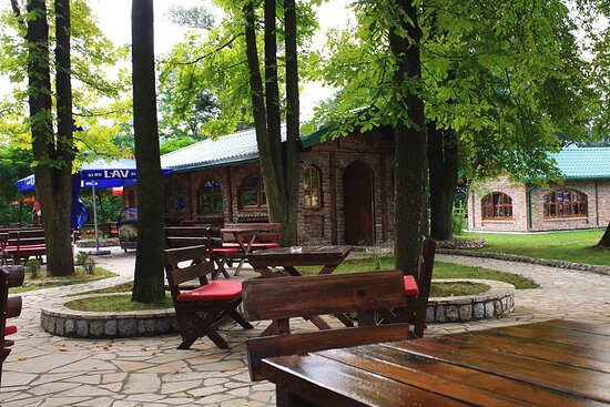 Lukavica, Bosnien und Herzegowina: DAY 1 • Arrival to Sarajevo, accommodation in boarding house Kula East Sarajevo • Meet and welcome drink • Dinner with socializing in the wine house Kana Galilejska within the complex Istočnik • Overnight stay