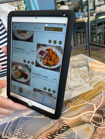 il menù si sceglie ed ordina sul tablet
