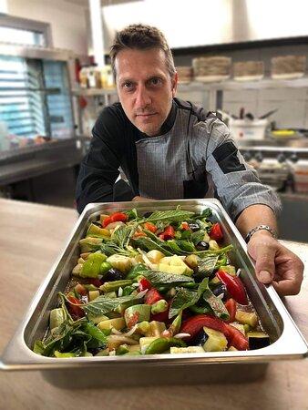 Επισκοπή, Ελλάδα: Σοφεγάδα!!! Κρητικό παραδοσιακό φαγητό , φρέσκα λαχανικά από το περιβόλι μας ψημένα στον φούρνο , με κρούστα από ξινομυζήθρα!!