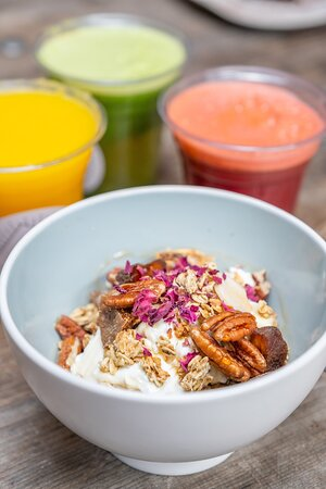 Granola bowl with juices