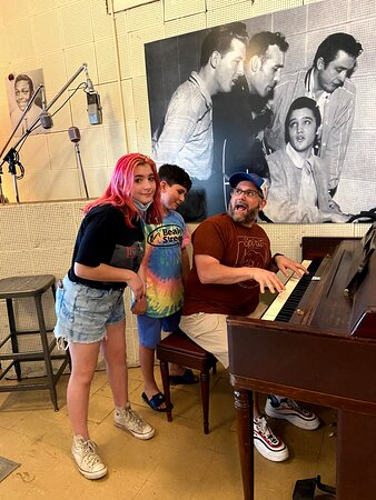 Sun Studio Entré med guidad tur: The actual piano and spot were the above photo of the million dollar quartet was taken. Doing our best to recreate the photo.