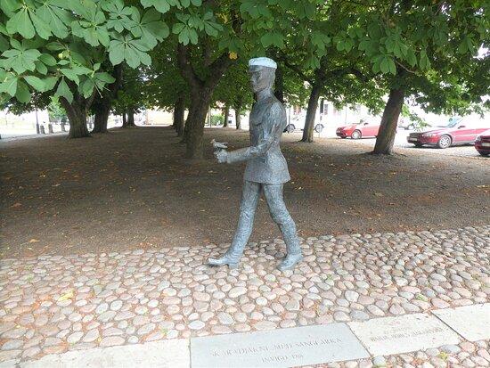 Statyn ''skaradjäkne Med Sånglärka''