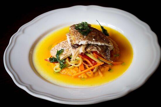 Λαβράκι σοτέ με λαχανικά σε ζωμό σαφράν Κοζάνης Sea bass with vegetables and red Greek saffron sauce