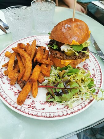 Foto de La Cour, Angulema: Tartare de truite et frites maison - Tripadvisor