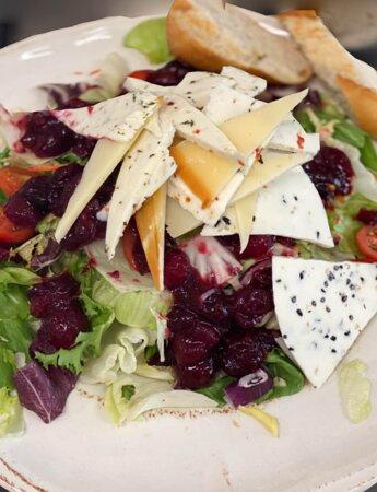 Mix sałat z serem regionalnym i żurawiną cherry