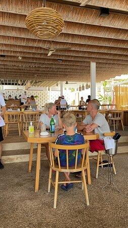 Foto de Pazuzu, Corfú: Vue de la table. Super restaurant avec une superbe ambiance Cosi, service agréable, bon repas patte bolognaise et crevettes grillés très bonnes.👍🤤🏖️ - Tripadvisor