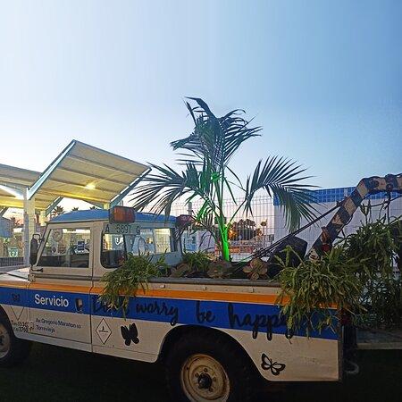 Aquí tenéis la primera grúa de Torrevieja, la que D. Jose Rubio compró para el primer taller mecánico que hubo en el pueblo allá por el 1967, en la calle Campoamor. En aquellos tiempos, y dada la falta de vehículos de remolque, no sólo daba servicio a los automóviles sino a carros de carga, incluso a los carros que cargaban la sal de las salinas. Un vehículo icónico que hizo historia en su tiempo y que podréis ver en La Food Truck.