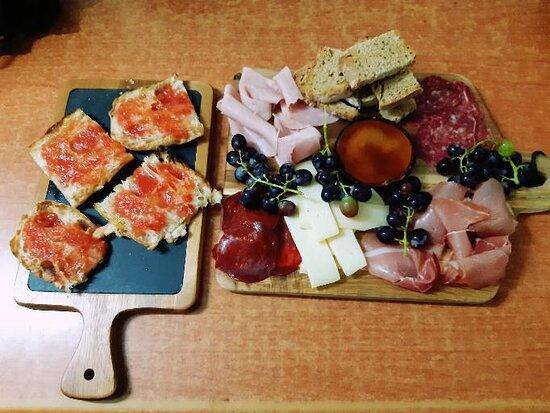 Pan cristal con tomate y tabla de embutidos