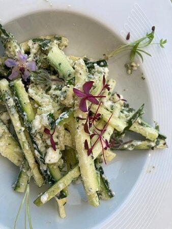 Linguini de courgettes crues à l'huile d'olive, chèvre frais, oignons caramélisés et citron vert