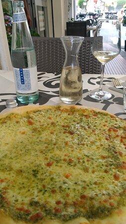 Portisco, Italië: Il Cavallino bianco.Rapallo.Pizza Genova con mozzarella e pesto.