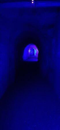 atmospheric lighting – Bild von Hell-Fire Caves, West Wycombe - Tripadvisor