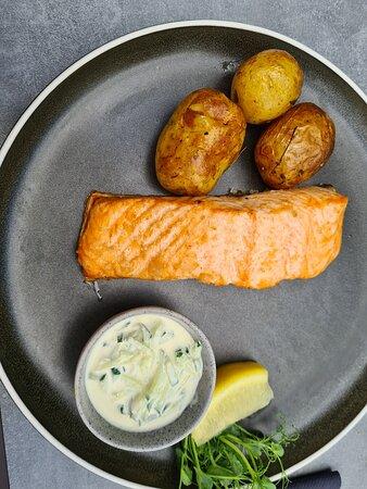 Fried halibut with baked baby potatoes and vegetables – Bild von Fish Me Fisketorget, Bergen - Tripadvisor
