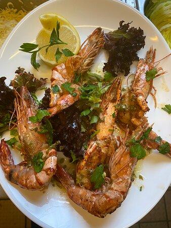 Scampi  a la grillia! Ravioli al basilico con burro, savia e parmigiano! Lammkare !orata al forno con insalata