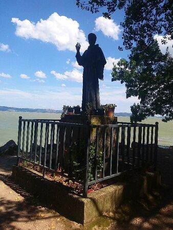 la statua bronzea omaggiata dai frati francescani di santa croce di Firenze nel 1892