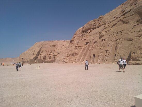 Aswan Governorate, Egypt: Abo simpel es El gran templo del rey Ramsés 2y su esposa la reina nefertary. El templo en un reto en todos los siglos
