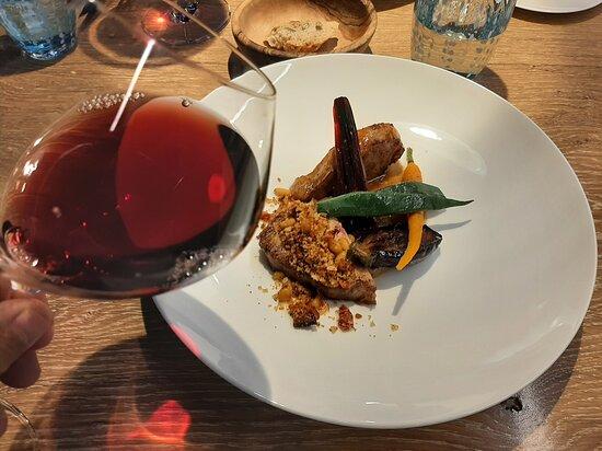 """le porc était cuit d'une manière juste """"parfaite"""". Le vin était un Etna rosso à un prix très raisonnable pour l'établissement. Je le recommande, il évoque les bons pinots noirs de l'Auxerrois."""